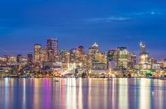 Szenische Ansicht von Seattle-Stadtbild in der Nachtzeit mit Reflexion des Wassers, Seattle, Washington, USA Lizenzfreie Stockbilder