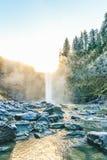Szenische Ansicht von Snoqualmie fällt mit goldenem Nebel wenn Sonnenaufgang morgens Lizenzfreies Stockbild