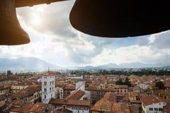 Szenische Ansicht von St. Michael Church (Chiesa di San Michele in foro) von Torre-delle Erz Standort Lucca, Toskana, Italien lizenzfreie stockfotografie