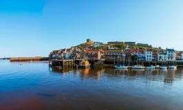 Szenische Ansicht von Stadt und von Abtei Whitby am sonnigen Herbsttag Lizenzfreie Stockfotos