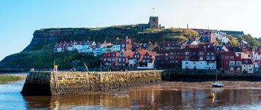 Szenische Ansicht von Stadt und von Abtei Whitby am sonnigen Herbsttag Lizenzfreies Stockfoto