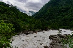 Szenische Ansicht von Teesta-Fluss im Himalajagebirgstal lizenzfreie stockfotografie