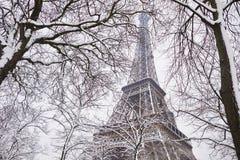 Szenische Ansicht zum Eiffelturm an einem Tag mit starken Schneefällen Stockfotos