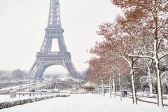 Szenische Ansicht zum Eiffelturm an einem Tag mit starken Schneefällen Lizenzfreie Stockfotos