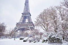 Szenische Ansicht zum Eiffelturm an einem Tag mit starken Schneefällen Stockbilder