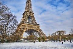 Szenische Ansicht zum Eiffelturm an einem Tag mit starken Schneefällen Stockfotografie