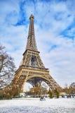 Szenische Ansicht zum Eiffelturm an einem Tag mit starken Schneefällen Lizenzfreies Stockfoto