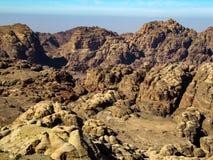 Szenische Ansichten von verlassenen enormen roten Steinhügeln stockfoto
