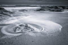 Szenische atlantische Küstenlinie mit Wellen in der Bewegung um Felsen auf sandigem Strand in der langen Belichtung, bidart, bask Lizenzfreie Stockfotografie