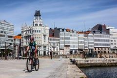Szenische Aussicht des Boulevards mit cycler in einem Coruña Stockbild