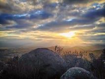 Szenische Berglandschaft bei Sonnenaufgang mit drastischen bunten Wolken Lizenzfreie Stockbilder