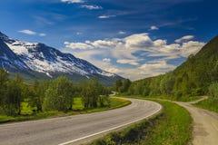 Szenische Berglandschaft mit kurvenreicher Straße stockbilder