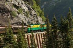 Szenische Eisenbahn auf weißem Durchlauf und Yukon-Weg in Skagway Alaska Lizenzfreie Stockfotografie