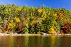 Szenische Fall-Farben auf dem Wasser Stockfotos
