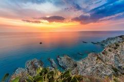 Szenische felsige Küstenlinie - August 2016, Sizilien Lizenzfreie Stockbilder