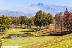 Szenische Golfplatz-Berge Lizenzfreie Stockfotografie