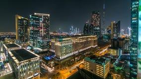 Szenische im Stadtzentrum gelegene Architektur Dubais am Nacht-timelapse Vogelperspektive von zahlreichen Wolkenkratzern nahe She stock video
