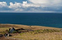 Szenische irische Landschaft mit altem irischem Häuschen Stockbild