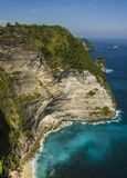 Szenische Küstenlandschaftsansicht von der asiatischen Paradiesinsel mit schöner TürkisMeerwasserfarbe umgeben durch Felsenklippe Stockfoto