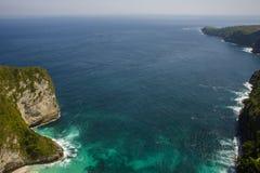 Szenische Küstenlandschaftsansicht von der asiatischen Paradiesinsel mit schöner TürkisMeerwasserfarbe umgeben durch Felsenklippe Lizenzfreie Stockfotos