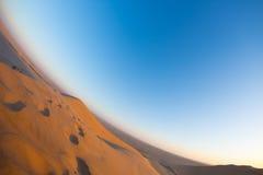 Szenische Kanten von Sanddünen mit Abdrücken in der Namibischen Wüste, Touristenattraktion in Namibia Abenteuer und Erforschung i Lizenzfreie Stockbilder