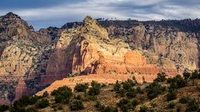 Szenische Kathedralen-Felsformation am Eichen-Nebenfluss in Sedona Arizona stockbild