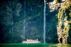 Szenische Kreuzfahrt nähert sich Wasserfall, Milford Sound lizenzfreie stockbilder