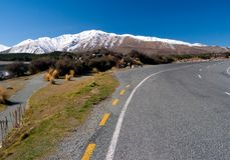 Szenische Land-Straße zum Berg Lizenzfreie Stockfotos