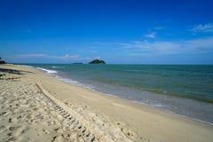 Szenische Landschaft der Welle des ruhigen Sees auf weißem sandigem Strand mit kleinen Inseln und Hintergrund des blauen Himmels Stockfoto