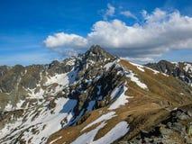 Szenische Landschaft Nationalparks Tatra mit Bergen am sonnigen Frühlingstag mit blauer Himmel nahe gelegenem Zakopane-Dorf, Pole lizenzfreie stockfotos