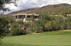 Szenische Landschaft und Häuser des Arizona-Golfplatzes stockbild