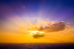 Szenische Landschaftsansicht des Ozeansonnenuntergangs mit buntem Himmel Stockfotografie