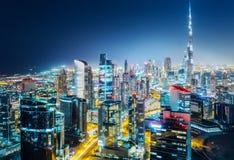 Szenische Luftskyline Große moderne Stadt nachts Geschäfts-Schacht, Dubai Lizenzfreies Stockbild