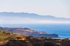 Szenische Meerblickansicht mit Klippen und Natur an der K?ste von Meer oder von Ozean lizenzfreies stockfoto