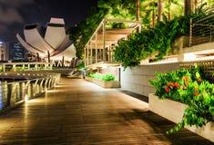 Szenische Nachtansicht des hölzernen Gehwegs entlang Marina Bay, Singapur stockbild
