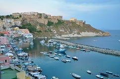Szenische Promenade auf der Insel von Procida am Abend lizenzfreies stockbild