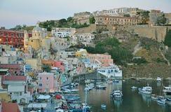 Szenische Promenade auf der Insel von Procida am Abend stockbilder