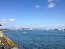 Szenische San Diego-Skyline von der Bucht stockbild