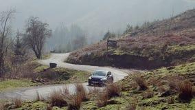 Szenische Serpentine Road in Brecon-Leuchtfeuern stock video footage