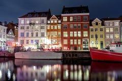 Szenische Sommeransicht von Nyhavn in der alten Stadt von Kopenhagen, Höhle Lizenzfreie Stockfotografie