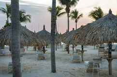 Szenische Sonnenuntergangansicht über die Hotels decken Zelte mit Stroh Stockfotos