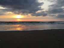 Szenische Sonnenuntergangansicht in dem Ozean lizenzfreies stockfoto