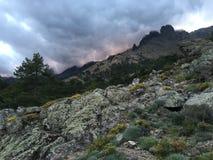 Szenische Sonnenuntergangansicht in die Berge von Korsika lizenzfreies stockbild