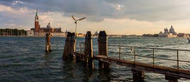 Szenische Sonnenuntergangaussicht von Kanälen in Venedig mit Kirchen Stockbild