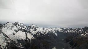 Szenische Spitzen und Kanten des Schneebergblicks vom Hubschrauber in Neuseeland stock video