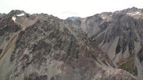 Szenische Spitzen und Kanten des Schneebergblicks vom Hubschrauber in Neuseeland stock video footage
