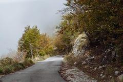 Szenische Straße in den Bergen von Montenegro Stockfotos