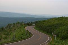 Szenische Straße, die durch die Landschaften des Akan-Nationalparks verbiegt Stockbild