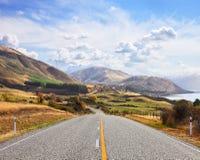 Szenische Straße nahe See Hawea am sonnigen Herbsttag, Südinsel, Neuseeland stockfotografie
