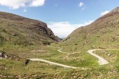 Szenische Straße von Gap von Dunloe, ein schmaler Gebirgspass in der Grafschaft Kerry, Irland an einem sonnigen Tag Lizenzfreie Stockbilder